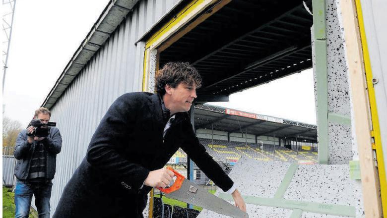 In november 2017 zette wethouder Henk Jan Schmaal de zaag in de zijtribune van stadion de Langeleegte om ruimte te maken voor het sport- en leerpark. Daar moet nu veel geld bij. Foto: archief DvhN