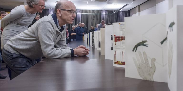 Hans Horn werpt een eerste blik in zijn boek van twintig meter. Hij hoeft zich voorlopig niet te vervelen. FOTO DUNCAN WIJTING