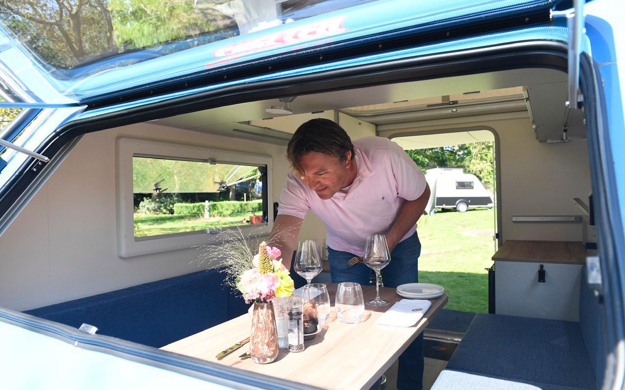 Hendrik-Jan Lip dekt een tafeltje in een van zijn caravans. Foto: Marcel Jurian de Jong