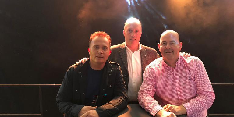 Presentatoren Milano (links) en Harry Waterloo (midden) en voorzitter Jan Keizer (rechts) van de VVV Zuidbroek.