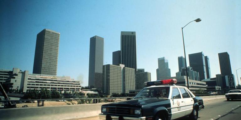 Elektricien valt van wolkenkrabber op auto