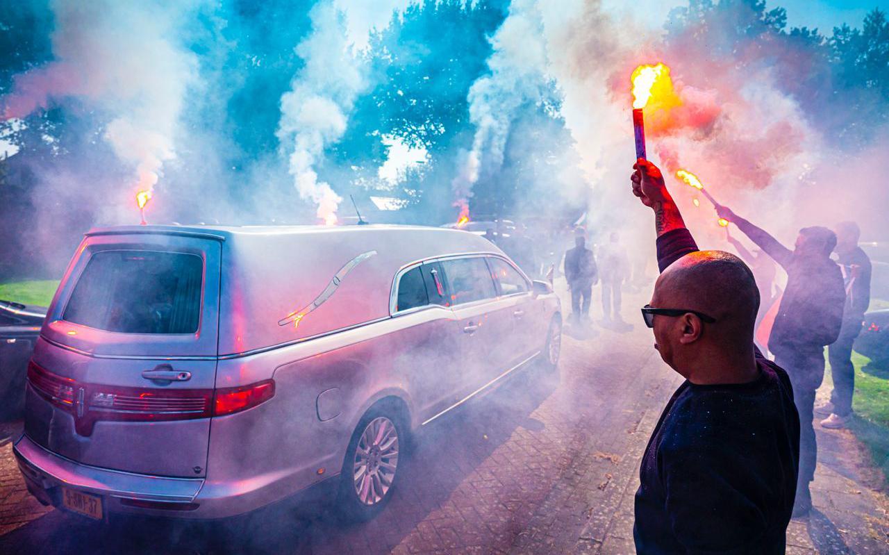 Brandende fakkels begeleiden de rouwauto met daarin Junus Ririmasse.