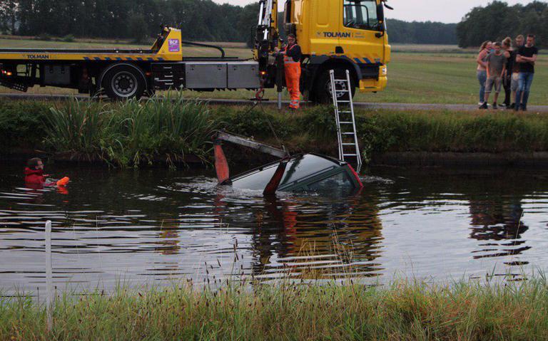 Regen zorgt voor ongelukken op spekgladde wegen in Drenthe en Groningen.