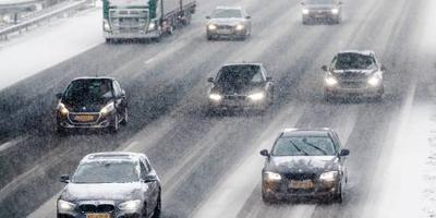 Gladde wegen door sneeuwresten en bevriezing