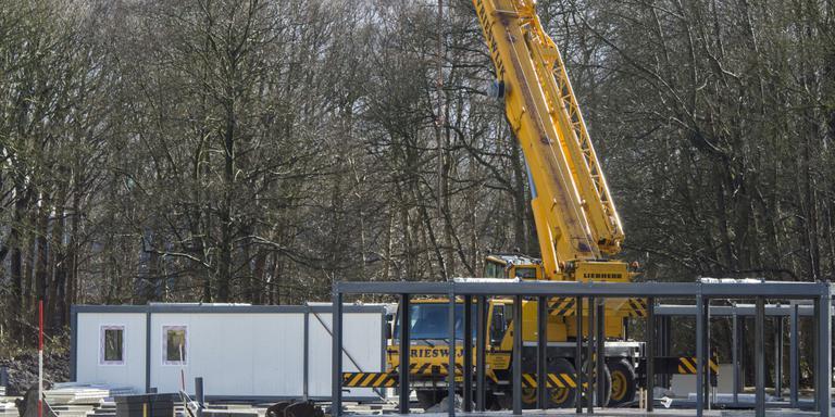 De eerste containers voor het azc in Assen staan op hun plaats. FOTO MARCEL JURIAN DE JONG