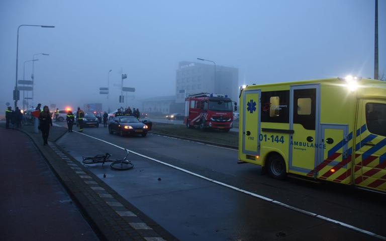 Fietser gewond na aanrijding met auto in Groningen.
