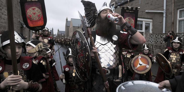 Vikingen op het Up Helly Aa Festival. FOTO AFP/ANDY BUCHANAN