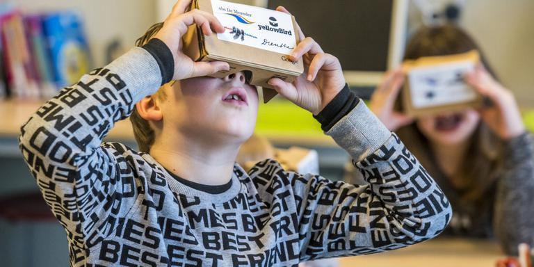 Leerlingen van De Meander testen hun virtual reality-bril. FOTO MARCEL JURIAN DE JONG