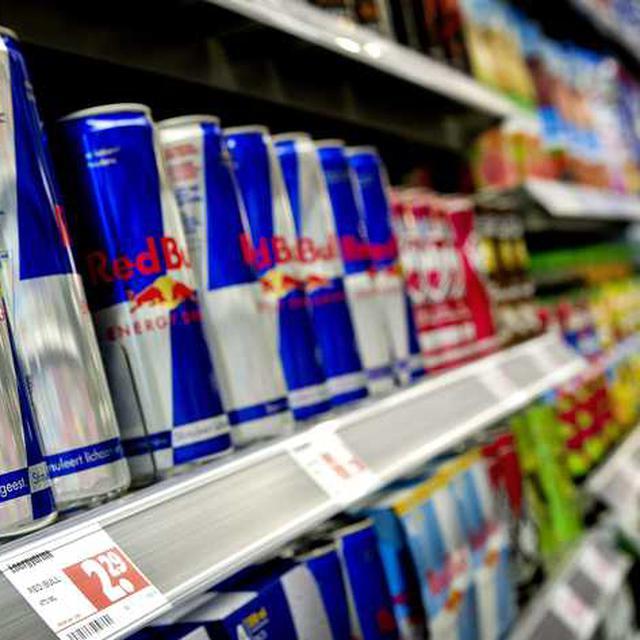 De leeftijdsgrens om energiedrankjes in supermarkten te kopen moet omhoog, vindt voedselwaakhond Foodwatch.