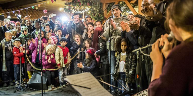 Gebroederlijk kerstfeest op terrein azc Oranje