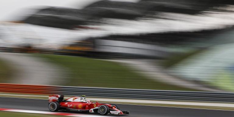 Vettel vliegt er in eerste bocht uit