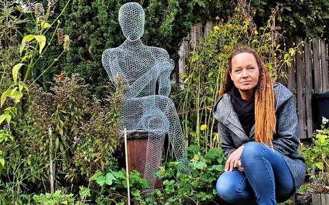 Nieuw-Amsterdamse kunstenares scoort met kippengaasbeelden