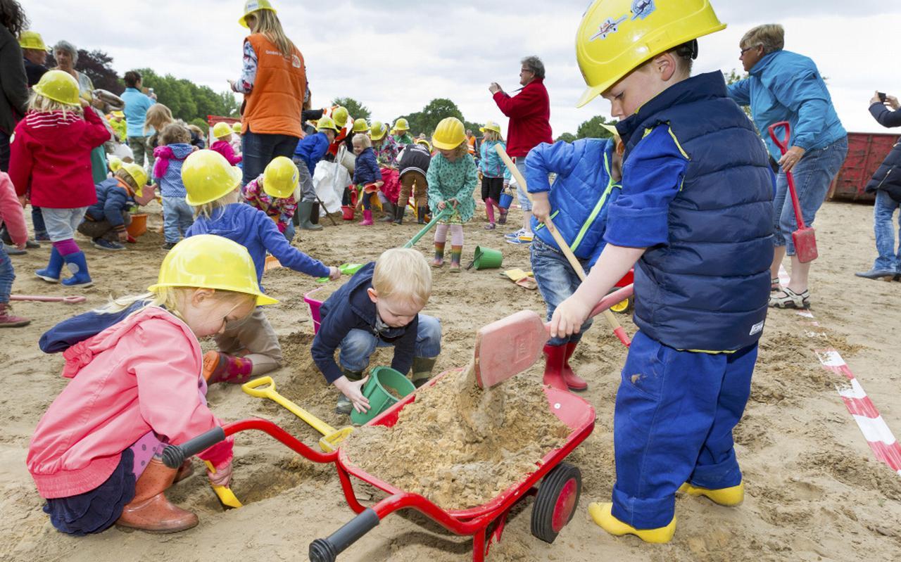 Gewapend met schepjes en emmertjes groeven leerlingen afgelopen zomer de eerste meters zand weg.