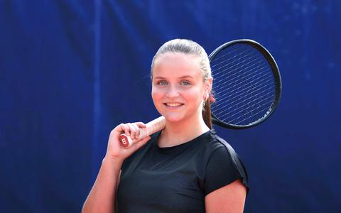 Daphne van der Veen (16) uit Emmen staat op de drempel van de eredivisie. 'Toch gaat school altijd voor tennis'