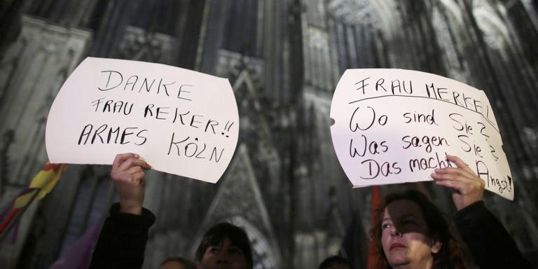 Protesterende vrouwen op het Domplein van Keulen. Foto EPA/Oliver Berg