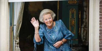 Prinses Beatrix groet koning