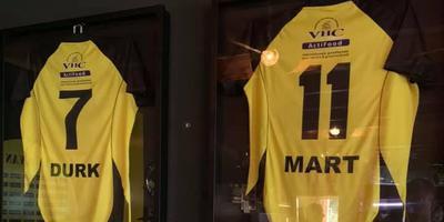 De shirts van de overleden voetballers Durk Vos en Mart Hoving in het clubhuis van VV Buinen.