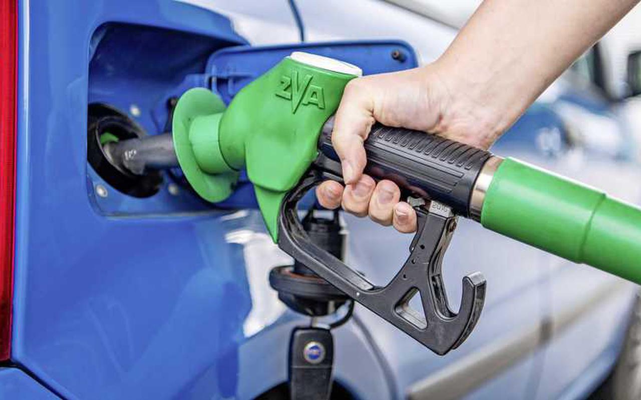Een tankbeurt bij een benzinestation. Meeerdere partijen willen af van het 'kwartje van Kok'.