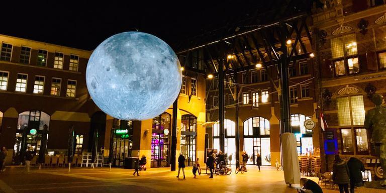 De maan als zachtstralend middellpunt van Let's Gro. Foto: DvhN