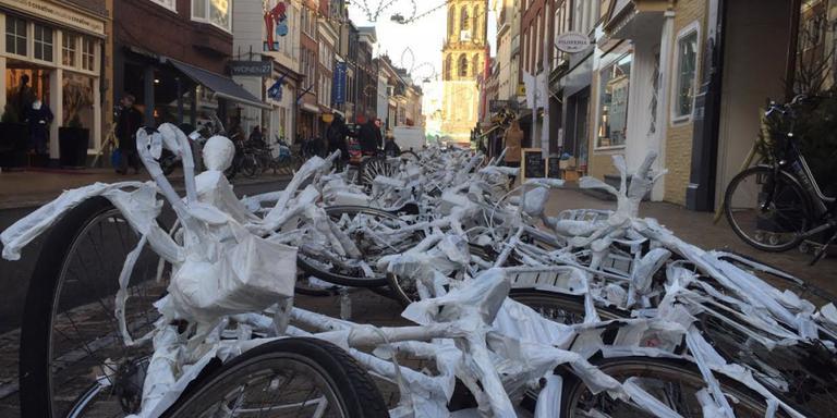 Witte fietsen in Oosterstraat