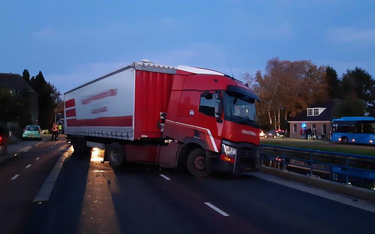 Vrachtwagen verspert weg na botsing langs Drentse Hoofdvaart in Smilde.