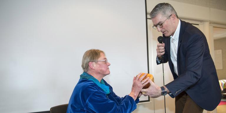 Hester Heinemeijer ontvangt uit handen van gedeputeerde Henk Jumelet de Drentse Floraprijs 2016. FOTO MARCEL JURIAN DE JONG