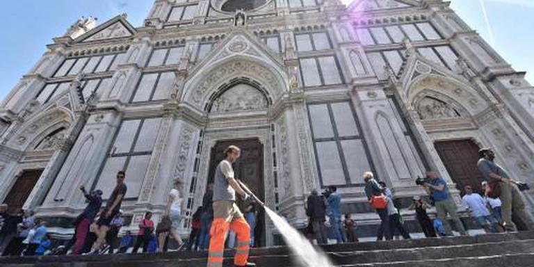 Florence zet water in tegen mensenmassa