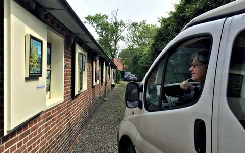 De eerste drive-in galerie in Nederland staat in Het Waar: met je auto tussen de kunst door