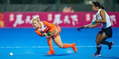 Debutante Veen redt hockeysters met 2 goals