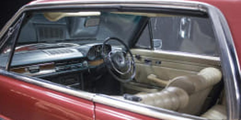 De rode Mercedes Coupé 250 CE van George Harrison gaat onder de hamer. Foto: Catawiki