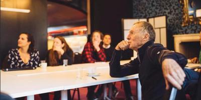 Neal Dempsey (rechts) spreekt in Groningen met start-ups Foto: Douwe de Boer