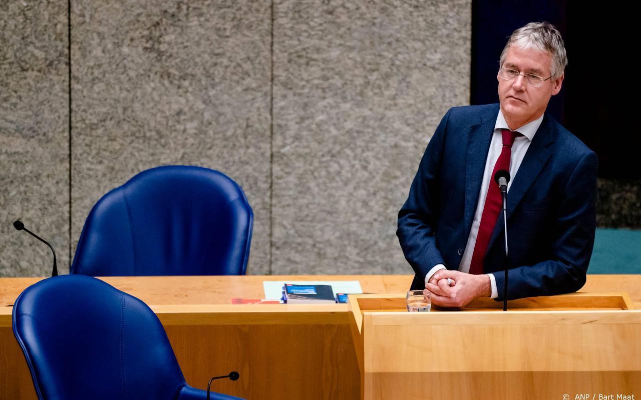 Minister Slob vindt antihomoverklaring scholen toch 'een brug te ver'.