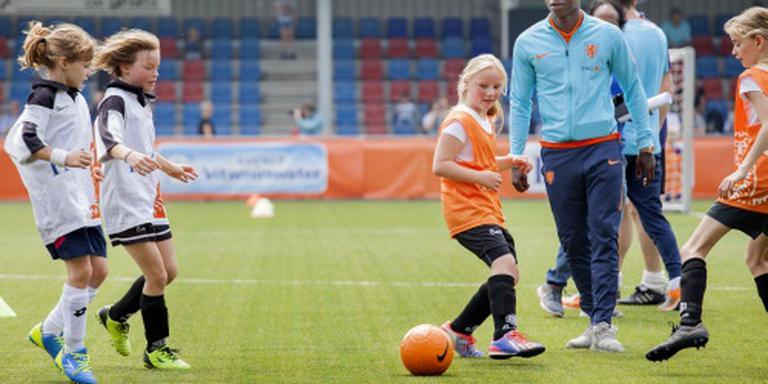 Oranjeselectie bezoekt voetballertjes