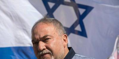Defensieminister Israël stapt op