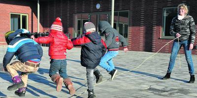 Kinderen op het schoolplein van asielschool Ter Apel. FOTO ARCHIEF DVHN
