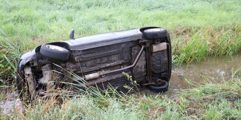 De auto raakte in een slip doordat er dieselolie op de weg lag. Foto: De Vries Media