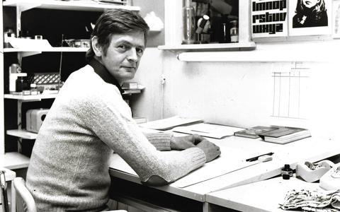 Tekenaar cartoonist Nico Visscher aan het werk in mei 1976.