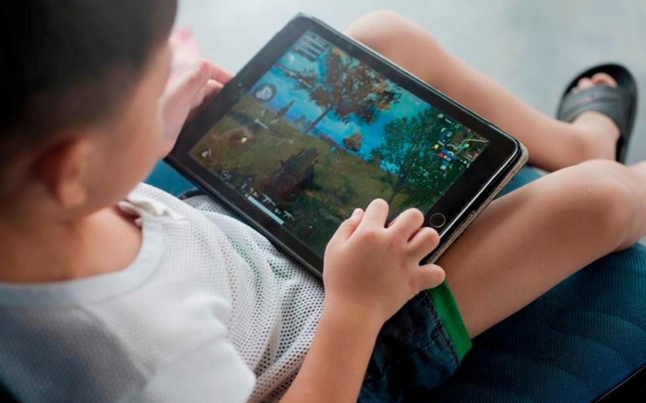 Als kinderen achter hun tablet zitten, kun je ook samen spelen of kijken.