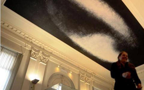 Plafondschildering van kunstenaar Rudi van de Wint mag van de rechter aan het oog worden onttrokken. Gemeente Groningen wil schildering op plafond gemeentehuis onzichtbaar maken tijdens renovatie