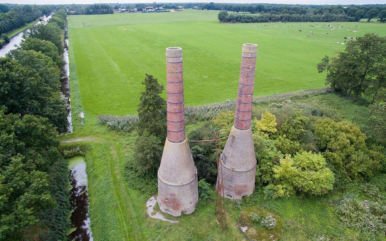 De twee in 1925 gebouwde kalkovens langs de Rijksweg tussen Dieverbrug en Geeuwenbrug worden al jaren niet meer gebruikt.