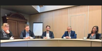 Bedrukte stemming bij het college van Midden-Drenthe tijdens de persconferentie over hret rapport. Van links naar rechts de wethouders Anique Snijders (VVD), Dennis Bouwman (PvdA), Erjen Derks (Gemeentenbelangen), Jan Schipper (CDA) en burgemeester Mieke Damsma. Foto: DvhN