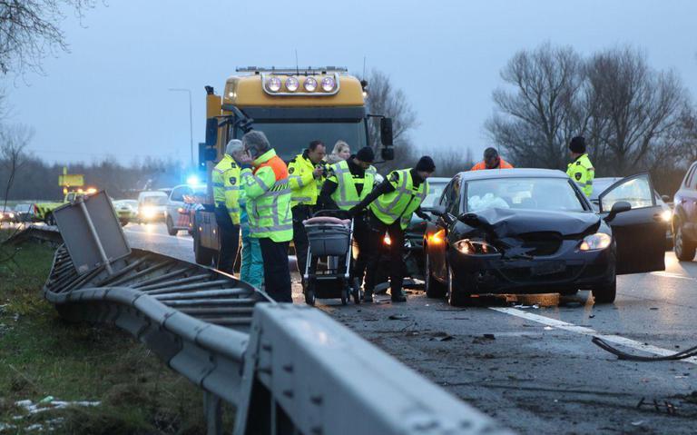 Gewonden bij aanrijding met vier autos op A7 bij Groningen.