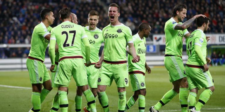 Ajax weer koploper na zege op Heerenveen