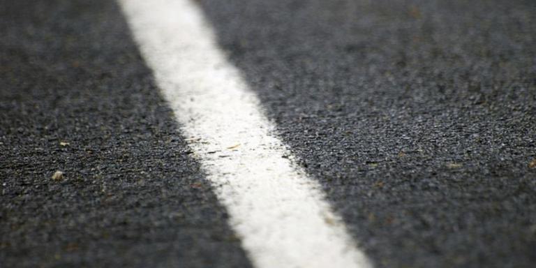 De provincie denkt twee weken nodig te hebben om een nieuwe asfaltlaag aan te brengen.