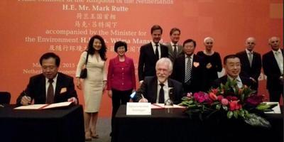 Voorzitter Sybrand Poppema van het college van bestuur van de RUG tekent in 2015 het contract voor de samenwerking tussen de Groningse universiteit en de China Agricultural University in Yantai. Premier Rutte kijkt toe. Foto: Archief: DvhN