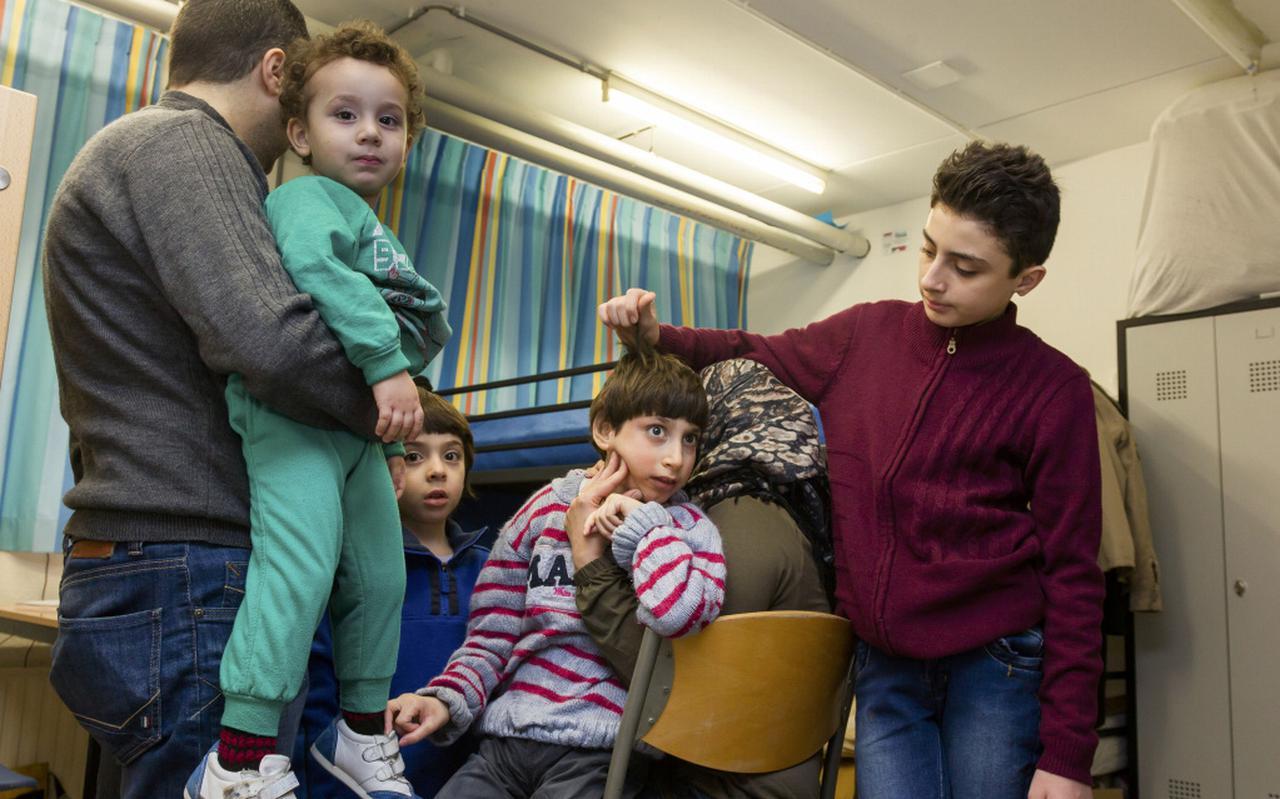 Vader en moeder Haki met hun vier zonen Yahya (2), Youssef (7), Yamen (12) en Moumin (11) in hun kamer in De Grittenborgh. Foto Gerrit Boer