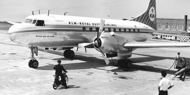 Drie Nederlanders in Aviodrome-vliegtuig