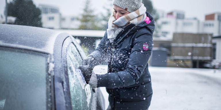 Een in ijzel verpakte auto rijklaar maken is een koud en tijdrovend klusje.