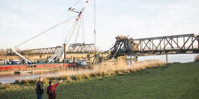De Friesenbrücke toen deze net door een schip geramd werd. Foto archief DvhN
