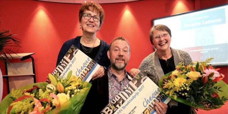Winnaars van de Streektaalprijs 2017:t Leny Hamminga (schrijfster) en Albert Secuur en Rieneke Klijnsma (Waark). Foto: Harry Tielman